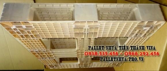 pallet-nhua-1100x1300x150mm-mau-trang-sua-2