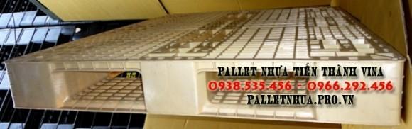 pallet-nhua-1100x1300x150mm-mau-trang-sua-3